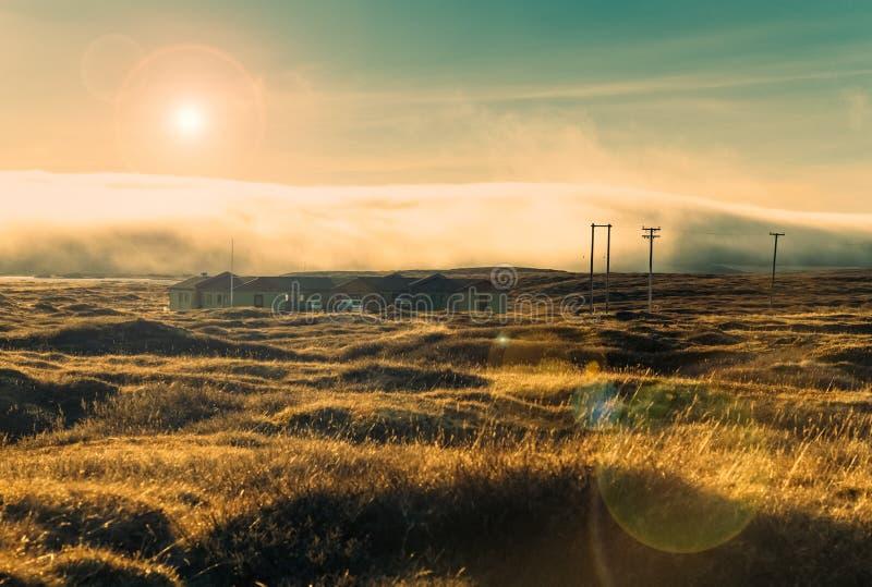 El remolinar increíble se nubla sobre el campo con la hierba del ` s del año pasado foto de archivo libre de regalías