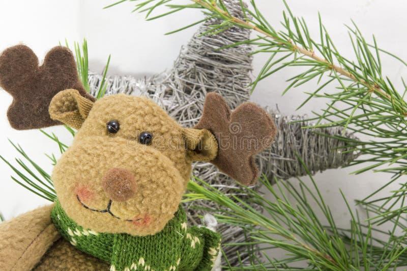 El reno con una bufanda y la Navidad protagonizan forma fotos de archivo