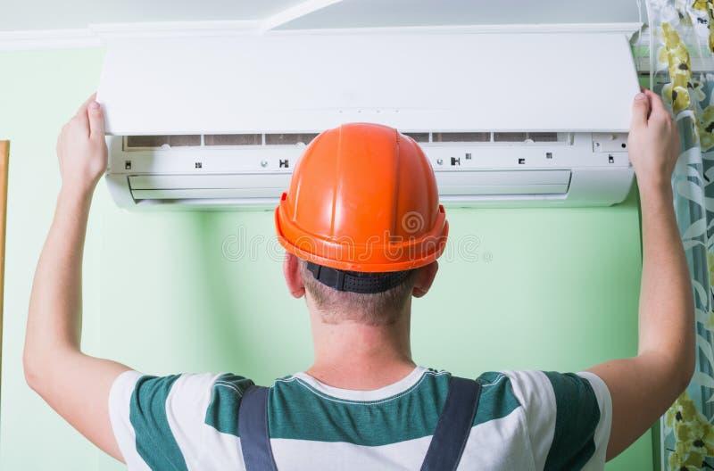 El reparador instala el aire acondicionado imágenes de archivo libres de regalías