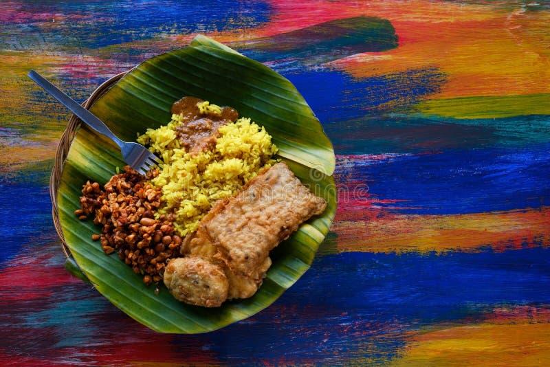 El restaurante del vegano o del vegetariano sirve la visión superior, arroz indio picante caliente en cuenco Comida local del est imágenes de archivo libres de regalías