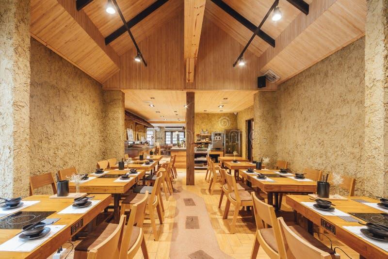 El restaurante moderno de Shabu y de Sukiyaki adorn? con de madera y concreto, caliente, acogedor y siente como el hogar para la  fotos de archivo