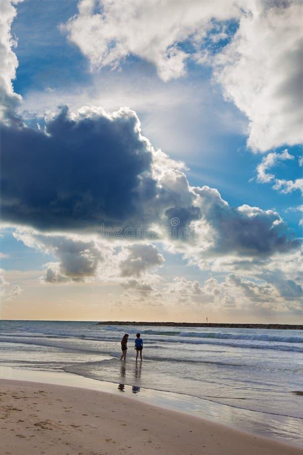 El resto en la playa de Tel Aviv fotografía de archivo libre de regalías