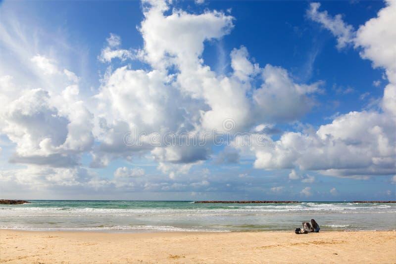 El resto en la playa de Tel Aviv fotos de archivo