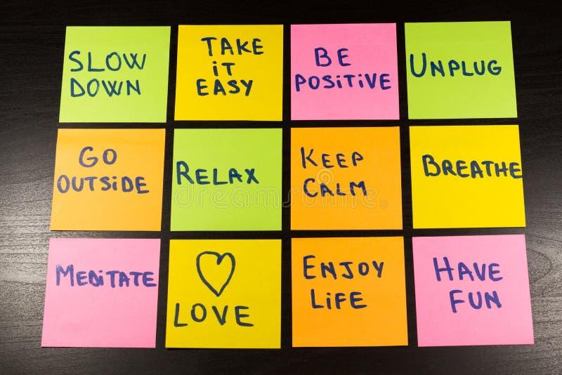 El retraso, se relaja, lo toma fácil, guarda calma, ama, disfruta de vida, tiene la diversión y otros recordatorios de motivación imagen de archivo libre de regalías