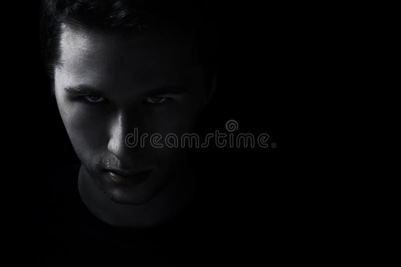 El retrato adulto joven oscuro del hombre se descolora en negro fotos de archivo libres de regalías