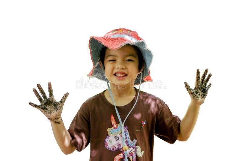 El retrato aislado de la niña asiática goza el jugar en la granja en el fondo blanco imagenes de archivo