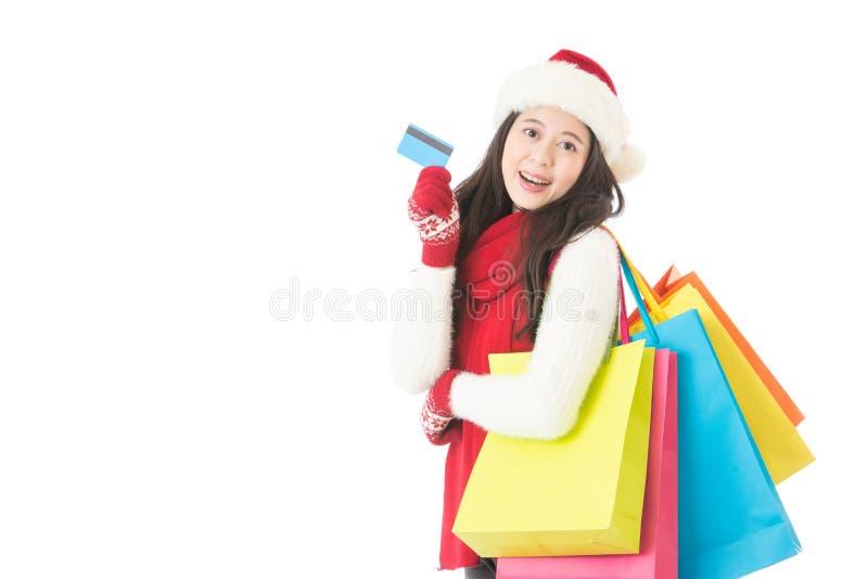 El retrato aislado del comprador con el regalo empaqueta la tarjeta de crédito fotos de archivo libres de regalías