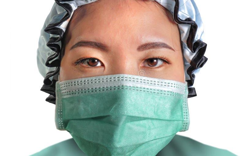 El retrato ascendente cercano de la mujer coreana asiática atractiva y confiada joven del doctor de la medicina en la mascarilla  foto de archivo libre de regalías