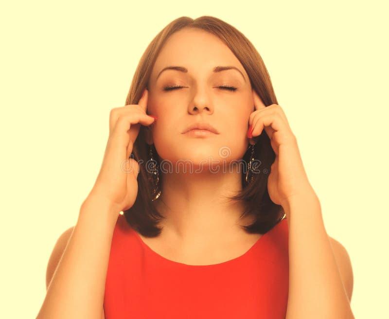 El retrato cansó a la mujer en el dolor de cabeza de la tensión del dolor, llevando a cabo sus manos foto de archivo libre de regalías