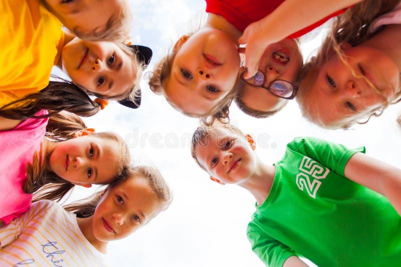 El retrato cercano del grupo de niños hace frente en círculo imágenes de archivo libres de regalías