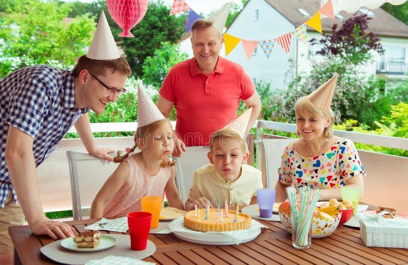 El retrato colorido de la familia feliz celebra cumpleaños y al abuelo imagenes de archivo