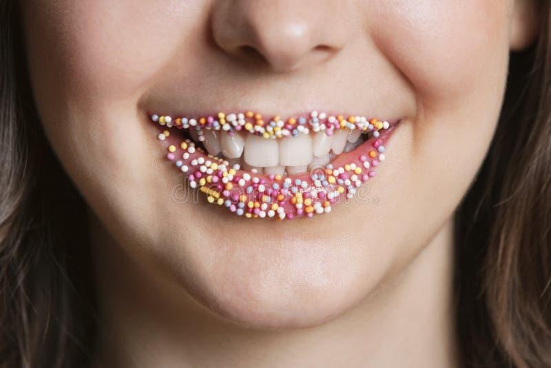 El retrato cosechado de la mujer medio-oriental con asperja los labios del caramelo fotografía de archivo libre de regalías