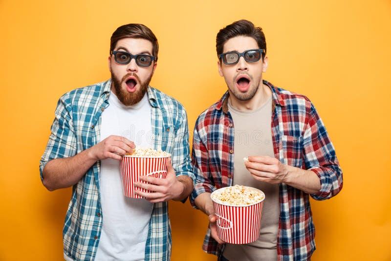 El retrato de dos asombró a hombres jovenes en los vidrios 3d imagenes de archivo