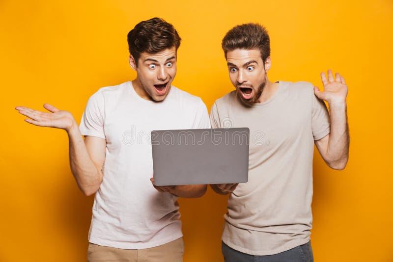 El retrato de dos chocó a mejores amigos de los hombres jovenes imagen de archivo libre de regalías