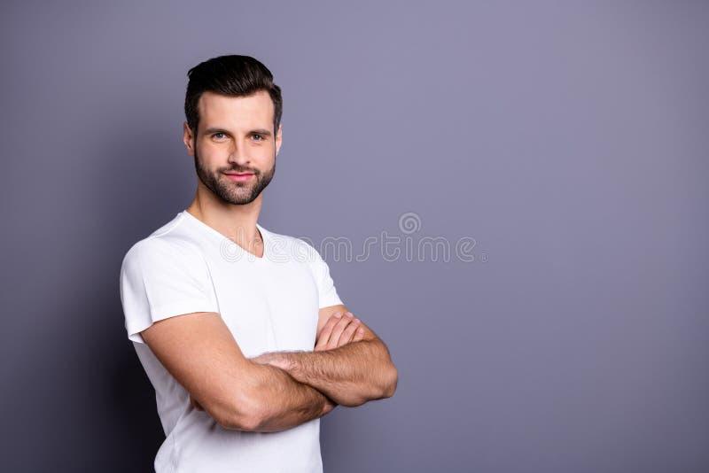 El retrato de encantar al empresario milenario lindo del hombre de negocios siente la ropa de color claro vestida interesada aleg imagen de archivo