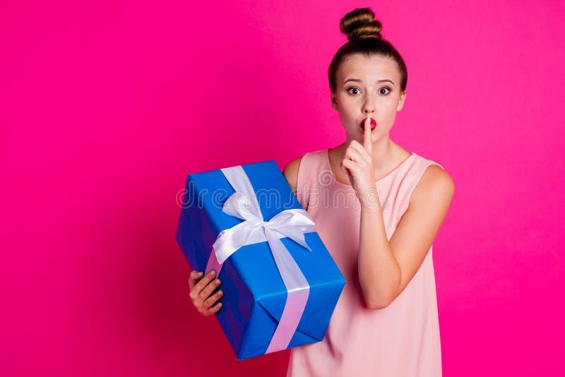 El retrato de grande azul de la señora del control del giftbox precioso enrrollado divertido lindo de la mano pide no habla para  imágenes de archivo libres de regalías