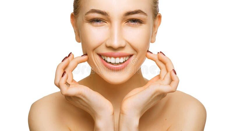 El retrato de la cara de la belleza de la mujer aislado en el fondo blanco con los dientes sanos del piel y blancos sonríe fotos de archivo libres de regalías