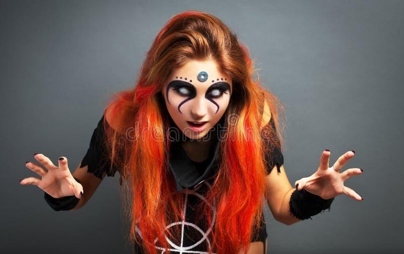 El retrato de la chica joven asustadiza con blanco observa para Halloween foto de archivo libre de regalías