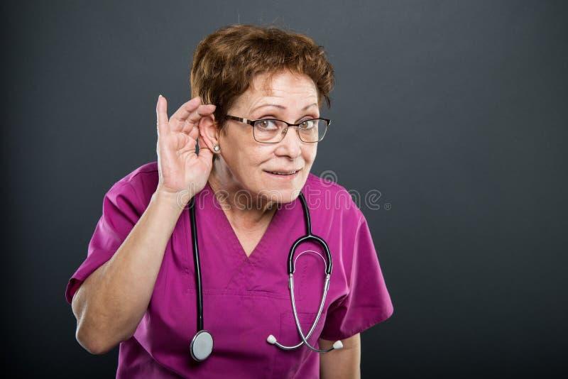 El retrato de la demostración mayor del doctor de la señora puede el ` t oír gesto imágenes de archivo libres de regalías