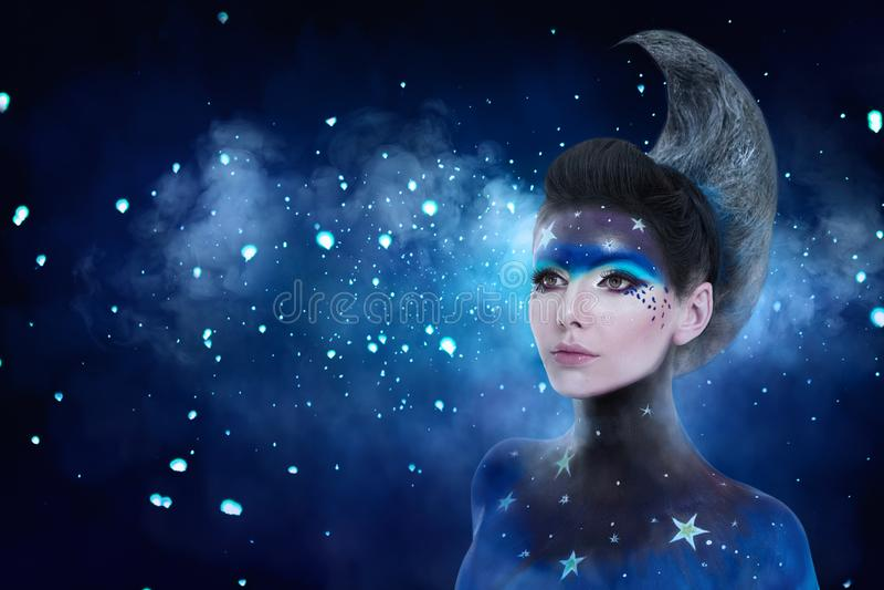 El retrato de la fantasía de la mujer de la luna con las estrellas construye y está en la luna el peinado del estilo fotos de archivo libres de regalías
