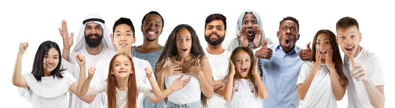 El retrato de la gente joven parece asombrado y feliz en el fondo blanco fotos de archivo