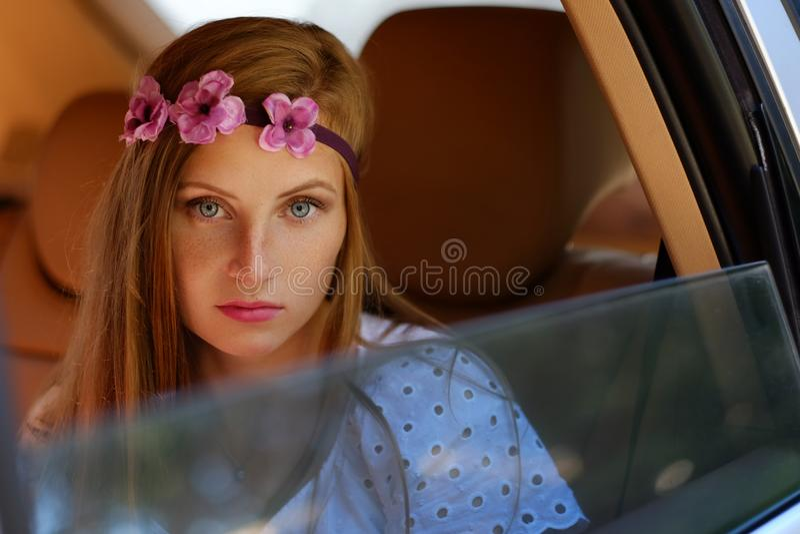 El retrato de la hembra flecked en un coche en una parte posterior se sienta foto de archivo libre de regalías