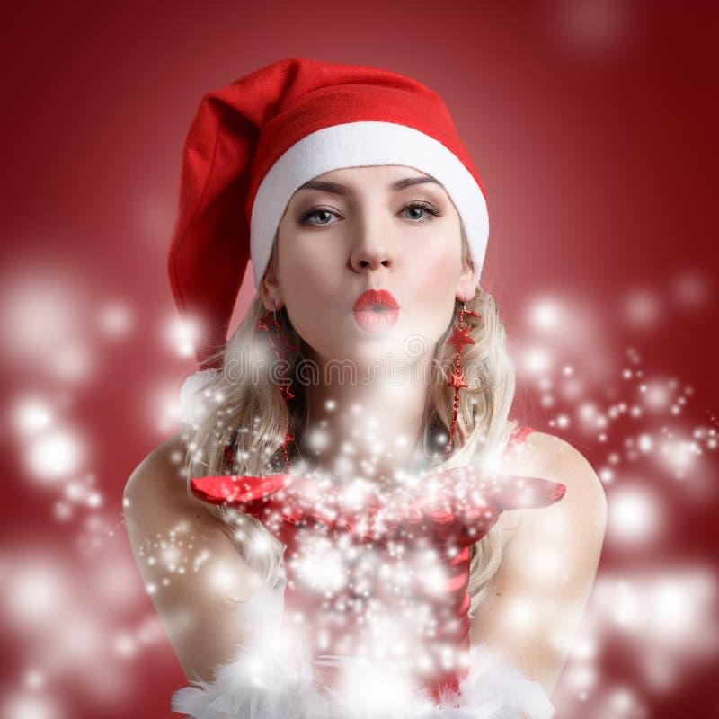 El retrato de la muchacha atractiva hermosa que lleva a Papá Noel viste fotografía de archivo