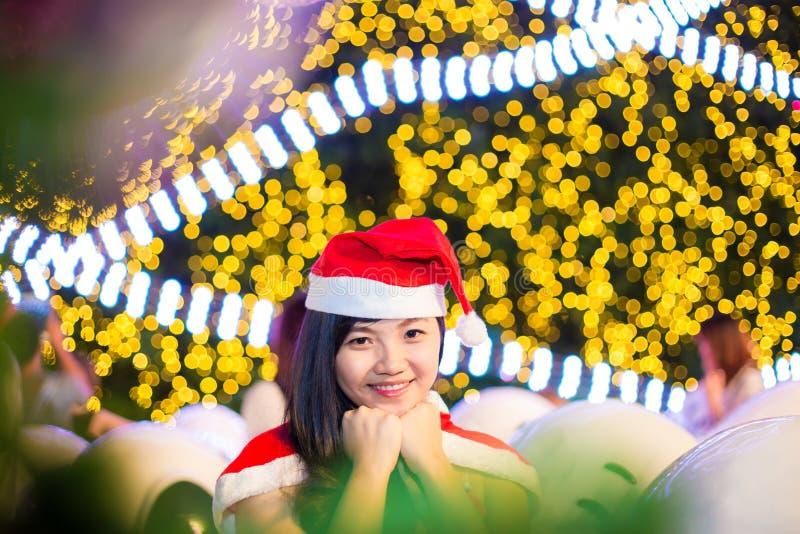 El retrato de la muchacha atractiva hermosa que lleva a Papá Noel viste imagen de archivo