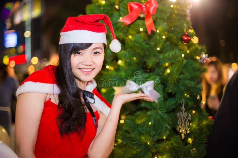 El retrato de la muchacha atractiva hermosa que lleva a Papá Noel viste imagen de archivo libre de regalías