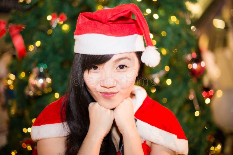 El retrato de la muchacha atractiva hermosa que lleva a Papá Noel viste imágenes de archivo libres de regalías