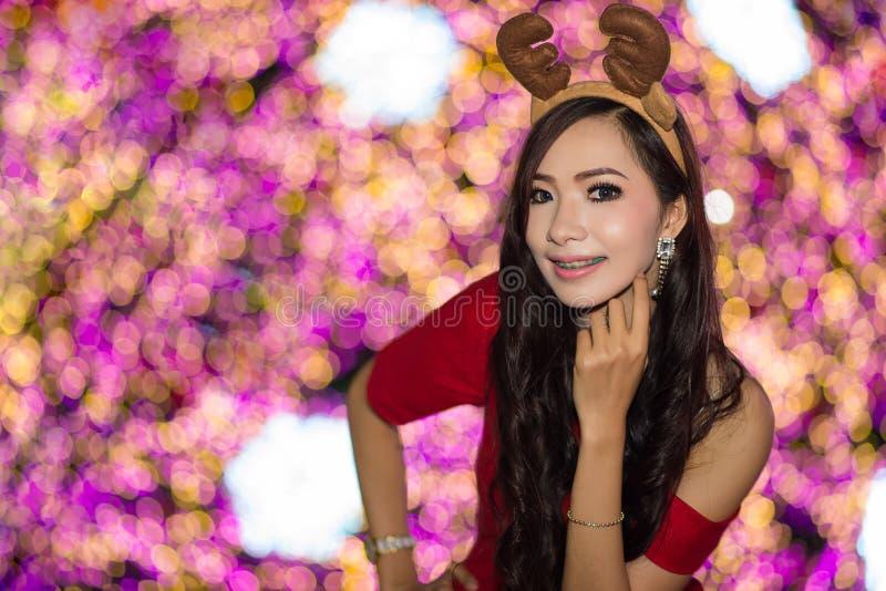 El retrato de la muchacha atractiva hermosa que lleva a Papá Noel viste foto de archivo