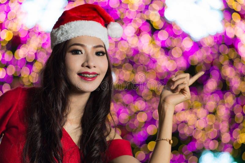 El retrato de la muchacha atractiva hermosa que lleva a Papá Noel viste foto de archivo libre de regalías