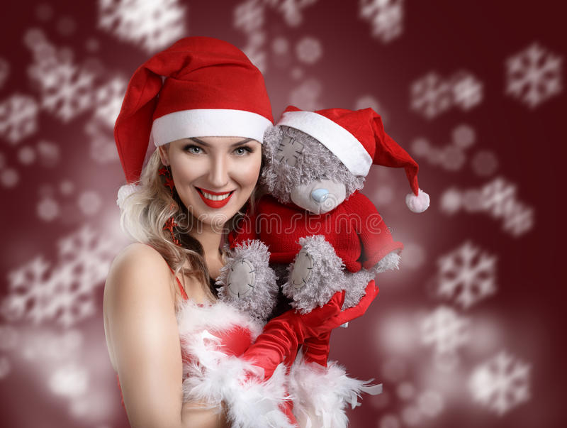 El retrato de la muchacha atractiva hermosa que lleva a Papá Noel viste con imagen de archivo