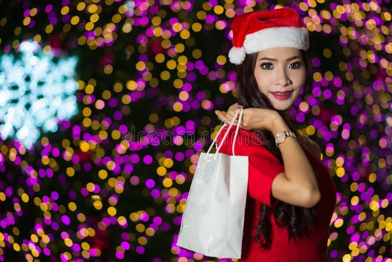 El retrato de la muchacha atractiva hermosa que lleva a Papá Noel viste, wom fotografía de archivo libre de regalías