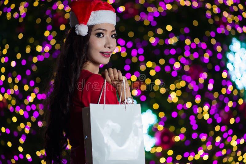 El retrato de la muchacha atractiva hermosa que lleva a Papá Noel viste, wom imágenes de archivo libres de regalías