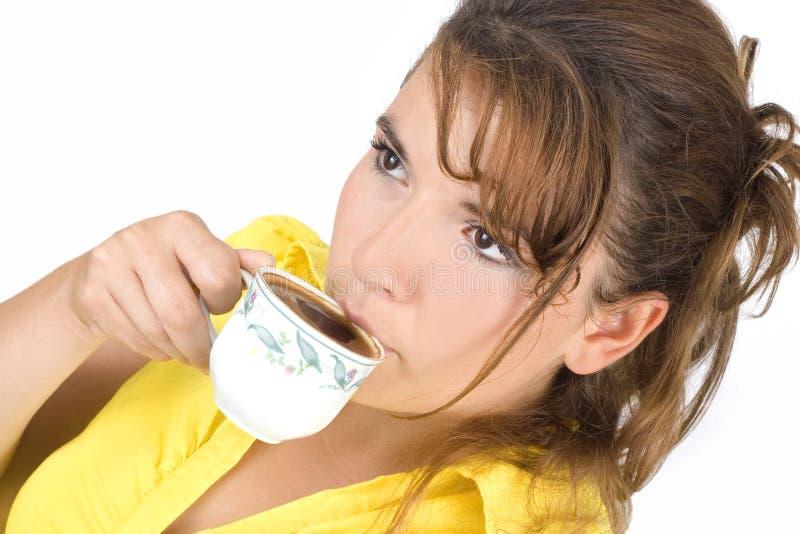 El retrato de la muchacha con una taza de café imagen de archivo libre de regalías