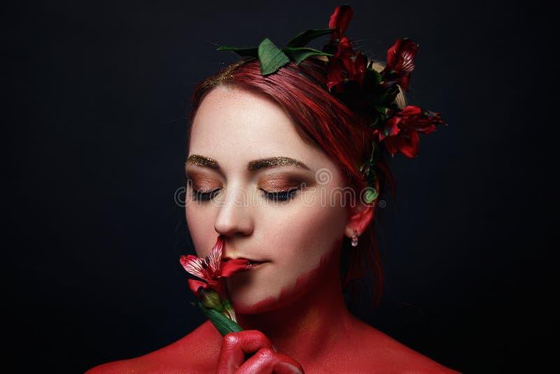 El retrato de la muchacha del modelo de moda con colorido compone fotografía de archivo