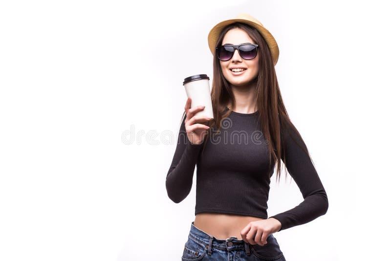 El retrato de la muchacha feliz de la belleza en gafas de sol bebe té o el café de la taza de papel fotos de archivo