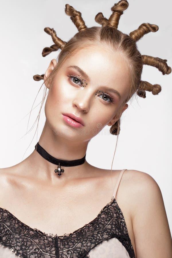 El retrato de la muchacha linda hermosa con el peinado de la diversión y el arte creativo construyen Cara de la belleza fotos de archivo