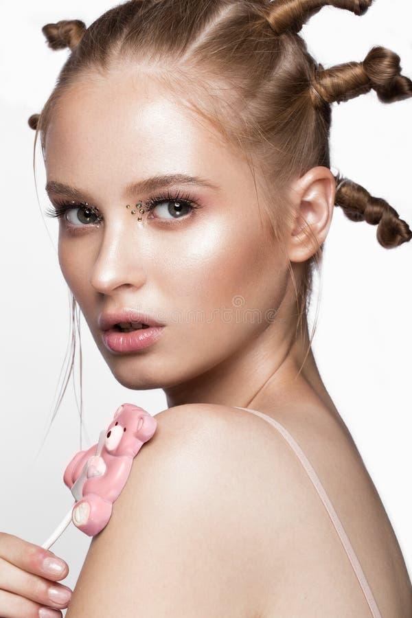 El retrato de la muchacha linda hermosa con el peinado de la diversión y el arte creativo construyen Cara de la belleza imagen de archivo libre de regalías