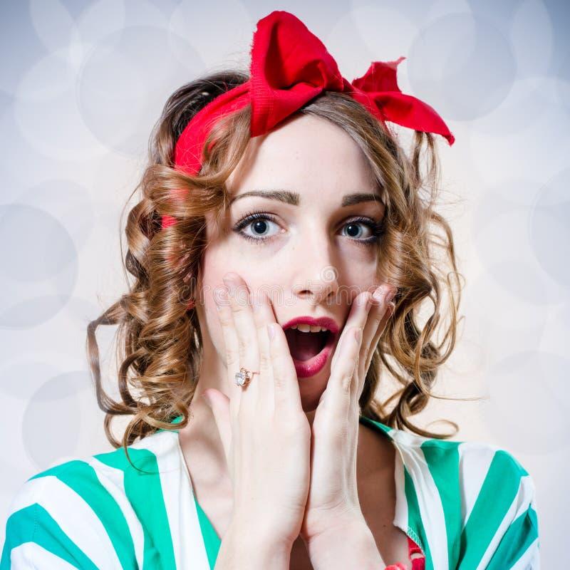 El retrato de la muchacha modela hermosa con los ojos azules sorprendió la mirada de la cámara en fondo azul claro del espacio de imagen de archivo libre de regalías