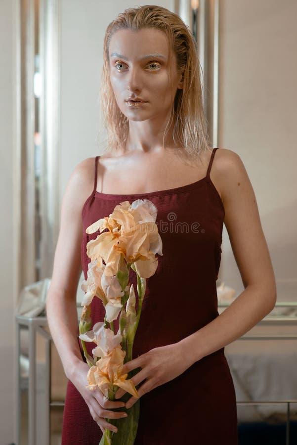 El retrato de la mujer atractiva rubia joven con el oro extranjero de la moda compone imagen de archivo