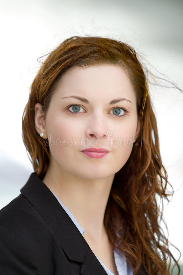 El retrato de la mujer de negocios adulta joven se vistió en camisa y traje azules del negro fotos de archivo