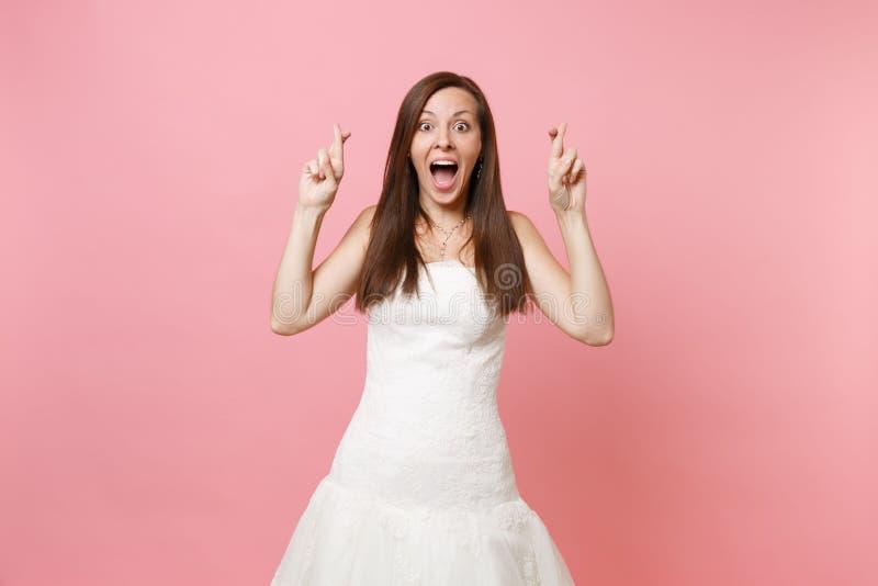 El retrato de la mujer emocionada de la novia en la espera blanca del vestido que se casaba para el momento especial, guardando l foto de archivo libre de regalías