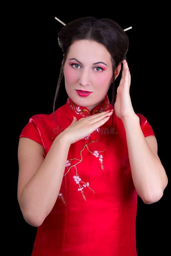 El Retrato De La Mujer Hermosa En Japonés Rojo Se Viste Aislado En B Fotografía de archivo libre de regalías