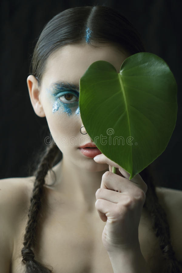 El retrato de la mujer joven con la moda compone con el ojo azul y l fotografía de archivo libre de regalías