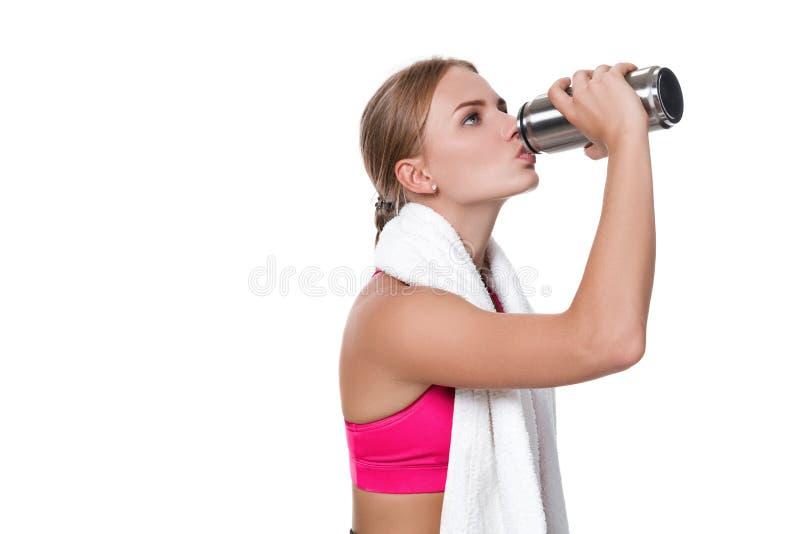 El retrato de la mujer joven deportiva cansó después de un entrenamiento del gimnasio imagenes de archivo
