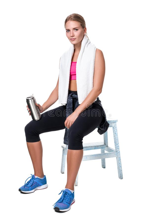 El retrato de la mujer joven deportiva cansó después de un entrenamiento del gimnasio imagen de archivo