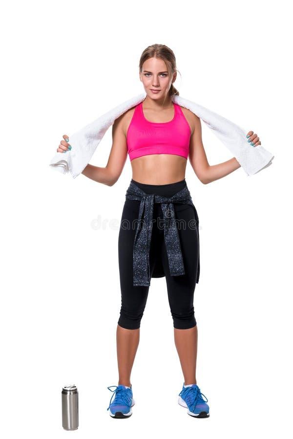 El retrato de la mujer joven deportiva cansó después de un entrenamiento del gimnasio fotos de archivo libres de regalías