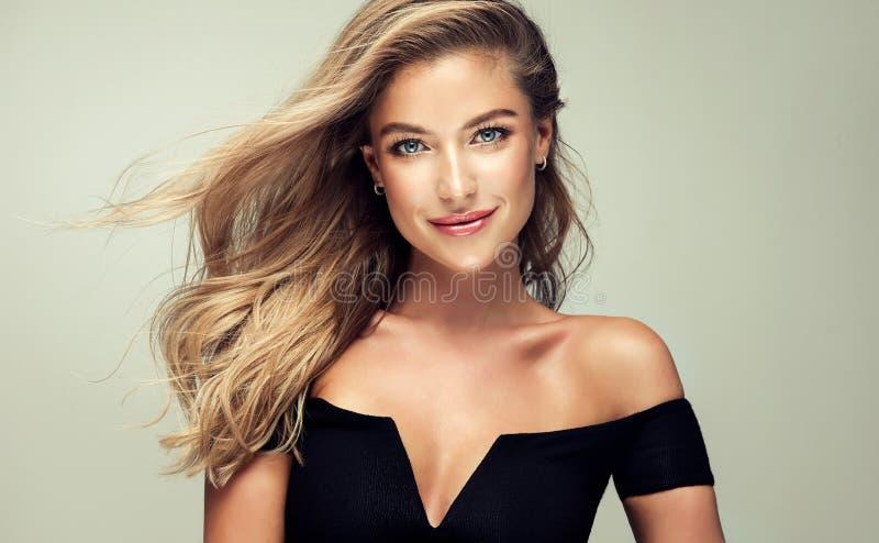 El retrato de la mujer joven magnífica con elegante compone y peinado de oro perfecto foto de archivo